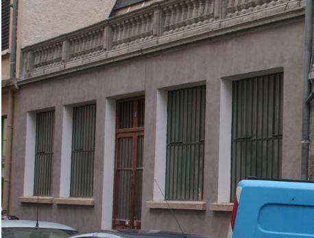 Façde de la rue perpendiculaire avec verrière