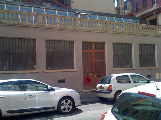 Façade d'un immeuble en centre ville (Lyon) avec verrières industrielles