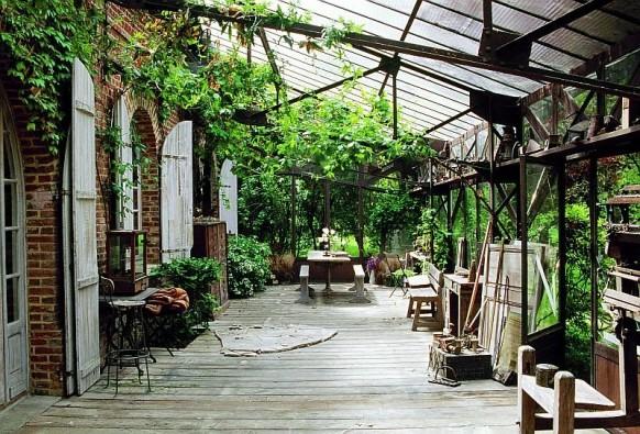 Un style verrière industrielle pour cette marquise abritant la terrasse