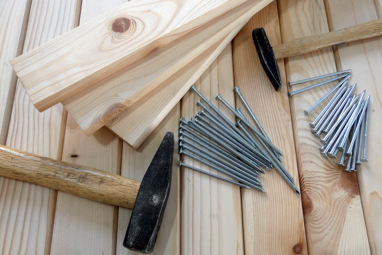 planches de bois marteau clous