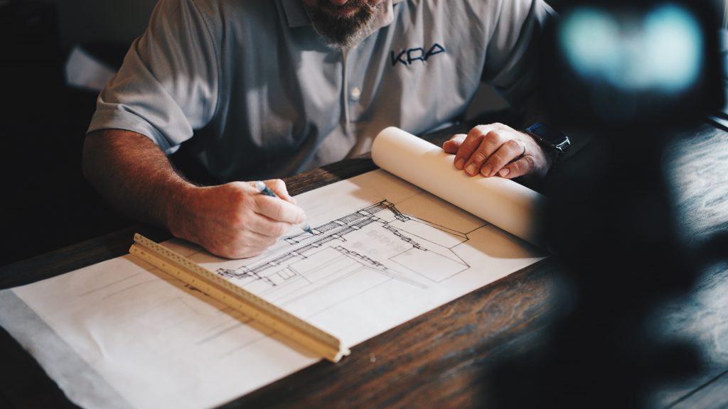 Architecte qui dessine un plan de maison