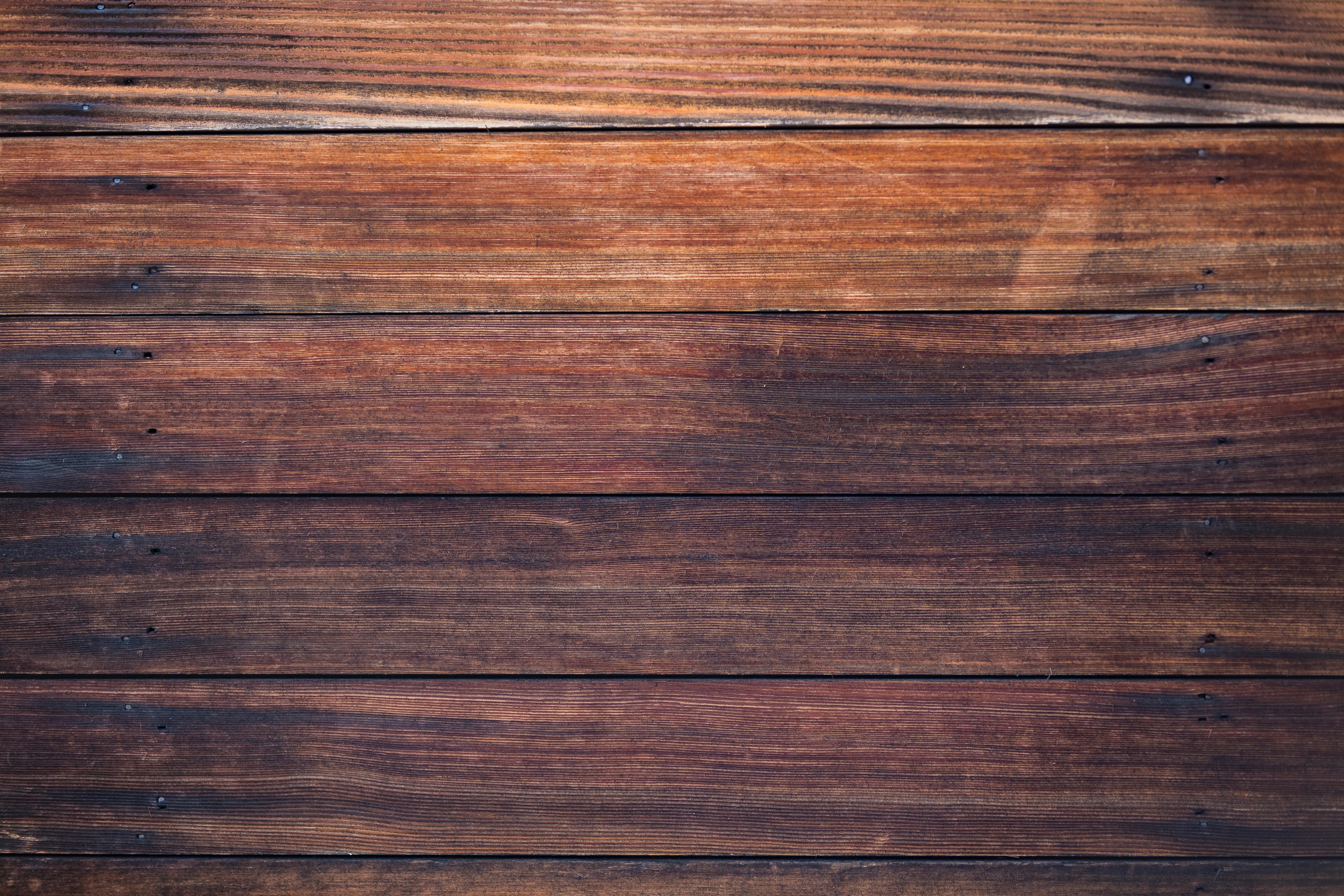 Des planches de bois de couleurs sombre