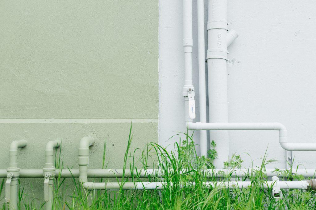 Des tuyaux blancs à l'extérieur d'un batiment