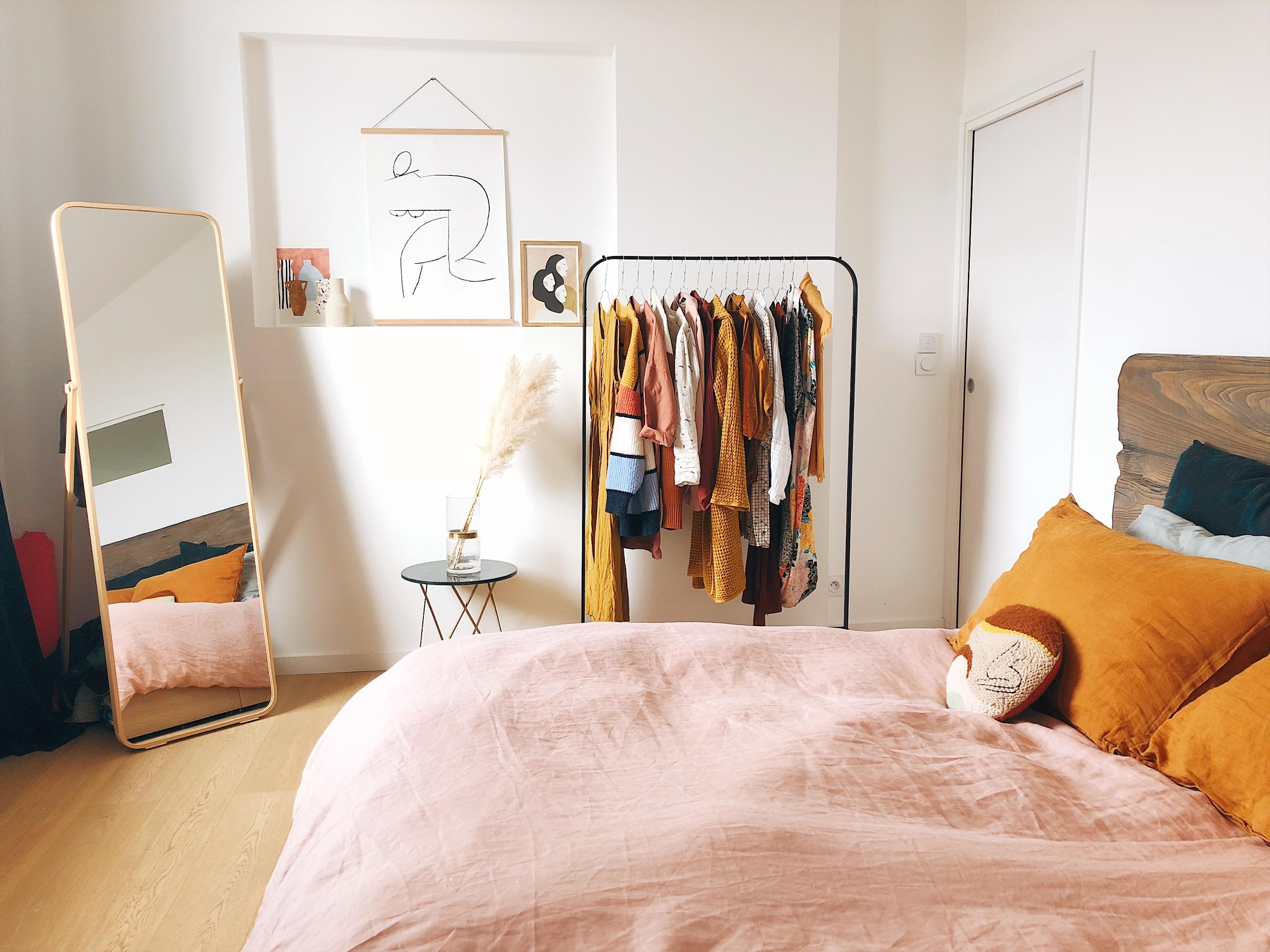 Chambre design au style minimaliste avec des murs blancs et du mobilier aux tons pastel