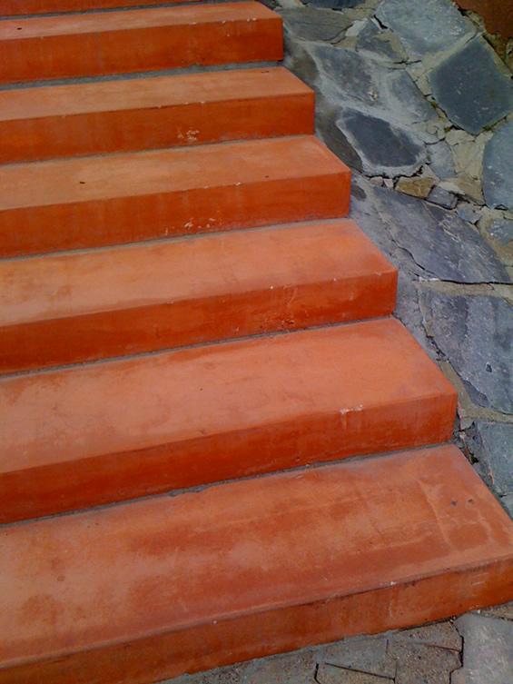 Escalier extérieur en béton coloré - Vue à la station de ski la Plagne