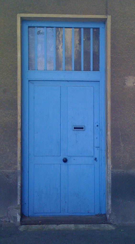 Porte d'entrée avec verrière industrielle en bord supérieur