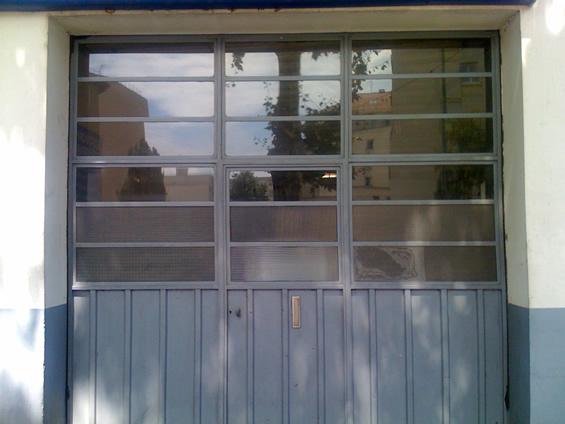 Porte de garage avec verrière industrielle