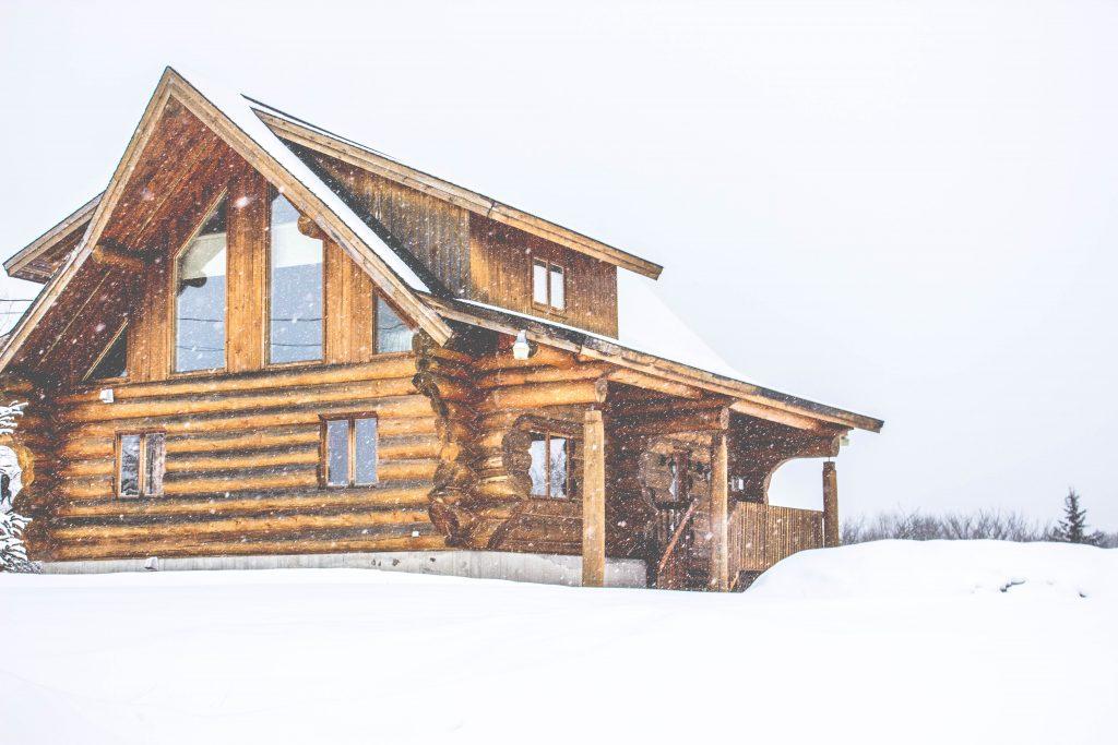Un chalet en bois design sous la neige