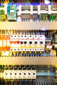 Compteur électrique coloré avec plein de connections électriques