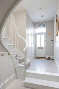 Hall d'entrée d'une maison blanc avec une porte d'entrée en PVC