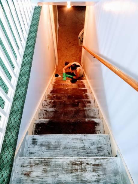 Personne en train de décaper un vieil escalier en bois