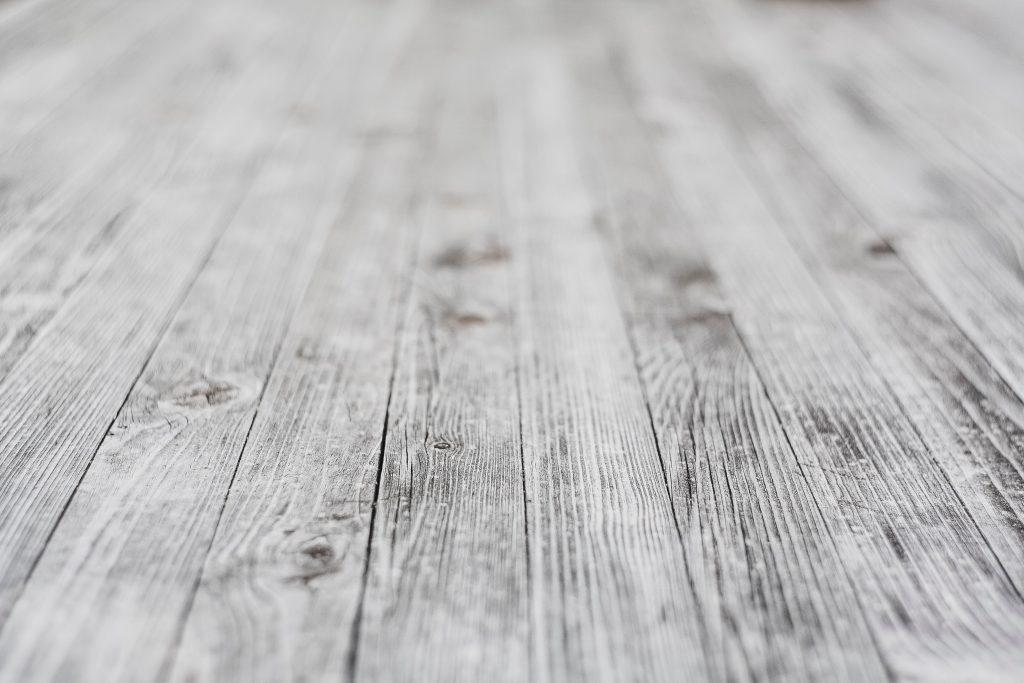 Gros plan sur du parquet en bois gris