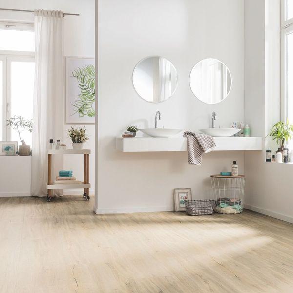 Salle de bain avec du parquet stratifié
