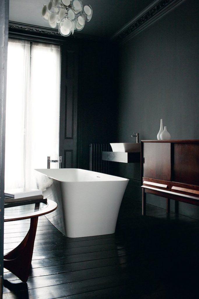 Salle de bain noire d'un appartement haussmannien