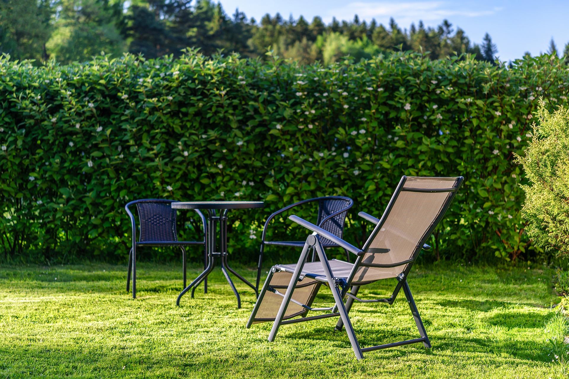 Chaises et table installées dans un jardin