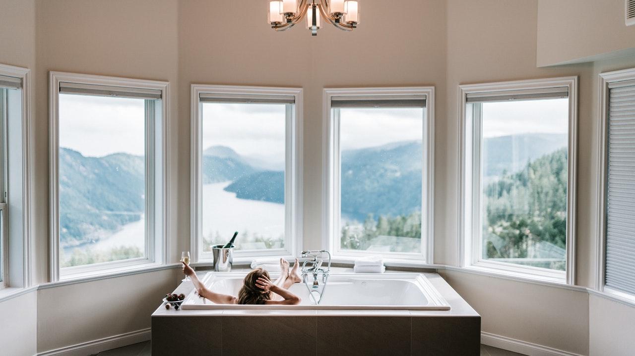 Femme dans une baignoire devant la fenêtre