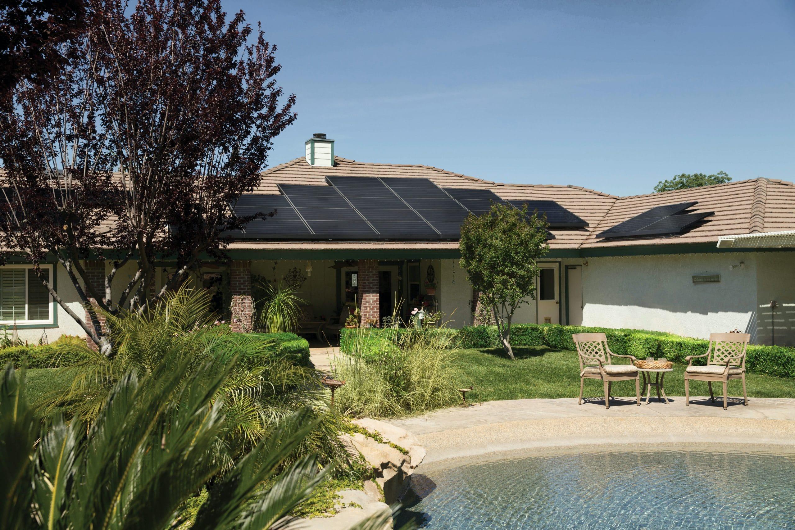 Maison individuelle équipée de panneaux solaires sur le toit